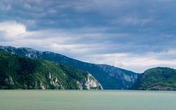 Montagne dell'incrocio di fiume fotografie stock