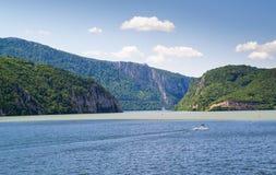 Montagne dell'incrocio di fiume immagini stock