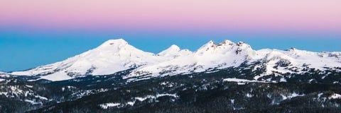 Montagne della cascata dell'Oregon ad alba Immagini Stock Libere da Diritti