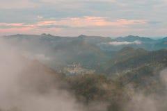 Montagne della copertura della nebbia Immagini Stock Libere da Diritti