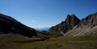 Montagne della dolomia e prato verde nel Tirolo del sud Immagini Stock
