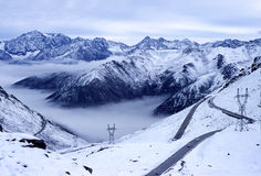 Montagne della neve con la strada Fotografie Stock Libere da Diritti