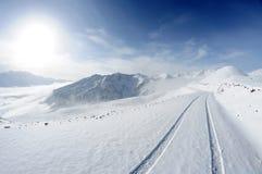 Montagne della neve con la strada Immagini Stock