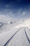 Montagne della neve con la strada fotografie stock