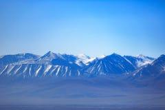 Montagne della neve da entrambi i lati della strada principale di Xinjiang fotografia stock libera da diritti