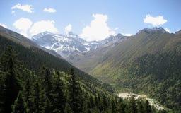 Montagne della neve e del cielo Fotografia Stock