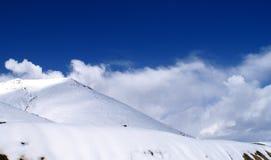 Montagne della neve e del cielo blu Immagine Stock