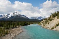 Montagne della neve e del fiume fotografia stock libera da diritti