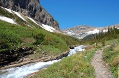 Montagne della neve e del River Valley Fotografie Stock