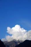 Montagne della neve e della nube Immagini Stock