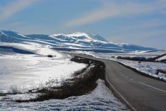Montagne della neve e di abbagliamento di Blig La strada alla montagna della neve fotografia stock