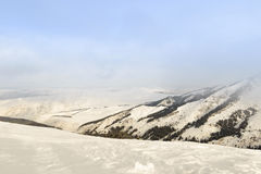 Montagne della neve un giorno nuvoloso Immagini Stock