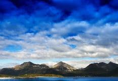Montagne della Norvegia con il fondo drammatico del paesaggio delle nuvole Immagini Stock