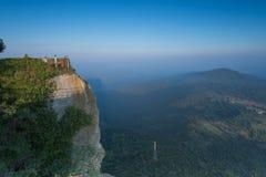 Montagne della parete della diga & cielo blu nuvoloso fotografia stock