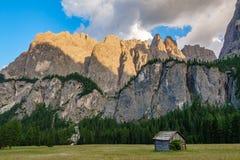 Montagne della roccia della dolomia al crepuscolo con la baracca Fotografia Stock Libera da Diritti