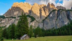 Montagne della roccia della dolomia al crepuscolo con la baracca Immagini Stock Libere da Diritti
