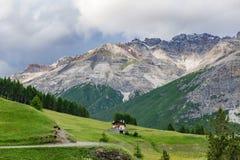 Montagne della roccia della dolomia al crepuscolo con le case Fotografia Stock