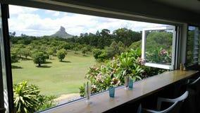 Montagne della serra di Coonowrin del supporto attraverso la finestra Fotografie Stock Libere da Diritti