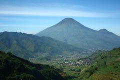Montagne della valle di Ruralscape a dieng immagini stock libere da diritti