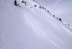 Montagne delle alpi con il pendio della neve (Austria). Immagini Stock