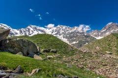 Montagne delle alpi dal punto di vista della valle Fotografia Stock Libera da Diritti