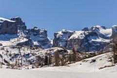 Montagne delle alpi delle dolomia con neve in primavera in Italia Fotografie Stock