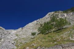 Montagne delle alpi di Apuan, fra Versilia e Garfagnana Sotto il questo passi di montagna il tunnel della strada del passaggio di immagini stock