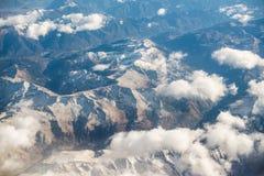 Montagne delle alpi delle dolomia - Italia sotto le nuvole Vista da Airplan Immagine Stock
