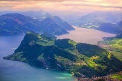 Montagne delle alpi e lago svizzeri Lucerna sul tramonto drammatico Immagine Stock