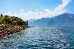 Montagne delle alpi e linea costiera del lago geneva dello svizzero di Montreux Fotografia Stock