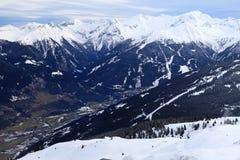 Montagne delle alpi e villaggio alpino nella valle (Austria) Fotografia Stock