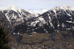 Montagne delle alpi e villaggio alpino nella valle (Austria) Immagini Stock Libere da Diritti