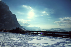 Montagne dello Snowy un giorno pieno di sole Fotografia Stock