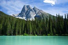 Montagne derrière le lac emeral Photographie stock libre de droits