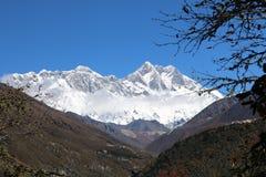 Montagne des mondes du mont Everest la haute attire beaucoup de grimpeurs et d'alpinistes fortement expérimentés image libre de droits