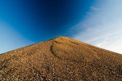 Montagne des pierres contre le ciel Photographie stock libre de droits