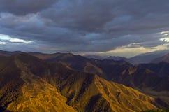 Montagne di Altai accese dal tramonto Fotografie Stock Libere da Diritti