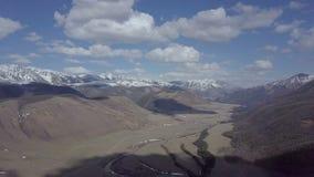 Montagne di Altai Bello paesaggio dell'altopiano La Russia siberia Volo su quadcopter video d archivio