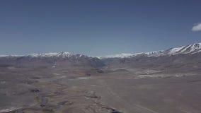 Montagne di Altai Bello paesaggio dell'altopiano La Russia siberia Volo su quadcopter archivi video