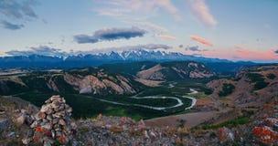 Montagne di Altai, fiume di Chuya e steppa di Kuray Fotografia Stock