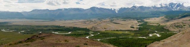 Montagne di Altai, fiume di Chuya e steppa di Kuray Panorama Immagine Stock