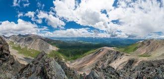 Montagne di Altai, fiume di Chuya e steppa di Kuray Panorama molto grande Immagine Stock