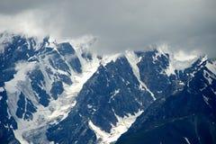 Montagne di Altai nell'area di Kurai con Chuisky del nord Ridge su fondo Fotografie Stock