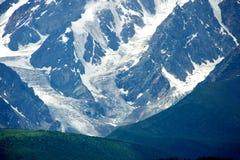 Montagne di Altai nell'area di Kurai con Chuisky del nord Ridge su fondo Immagini Stock Libere da Diritti