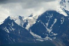 Montagne di Altai nell'area di Kurai con Chuisky del nord Ridge su fondo Immagine Stock Libera da Diritti