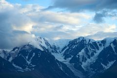 Montagne di Altai nell'area di Kurai con Chuisky del nord Ridge su fondo Fotografia Stock