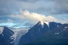 Montagne di Altai nell'area di Kurai con Chuisky del nord Ridge su fondo Fotografia Stock Libera da Diritti