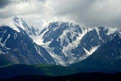 Montagne di Altai nell'area di Kurai con Chuisky del nord Ridge su fondo Immagini Stock
