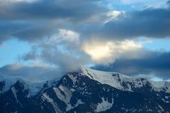 Montagne di Altai nell'area di Kurai con Chuisky del nord Ridge su fondo Fotografie Stock Libere da Diritti