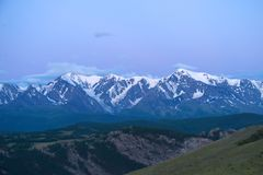 Montagne di Altai nell'area di Kurai con Chuisky del nord Ridge su fondo Immagine Stock